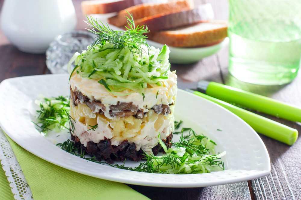 Слоеный салат прага с черносливом — простое решения вкусного ужина
