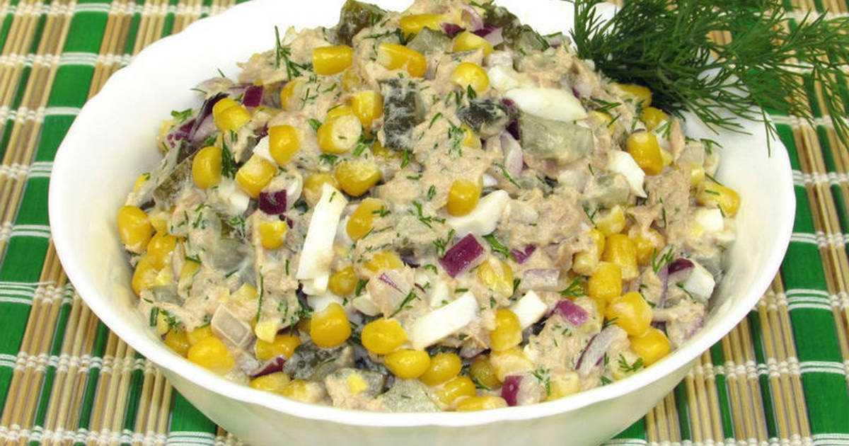 Салат с консервированным тунцом, кукурузой и яйцом рецепт с фото пошагово и видео - 1000.menu