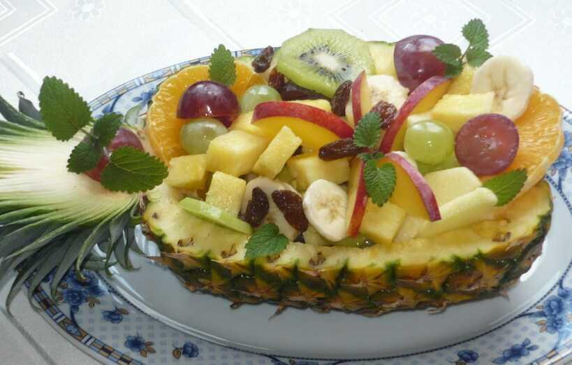Фруктовый салат из бананов и яблок