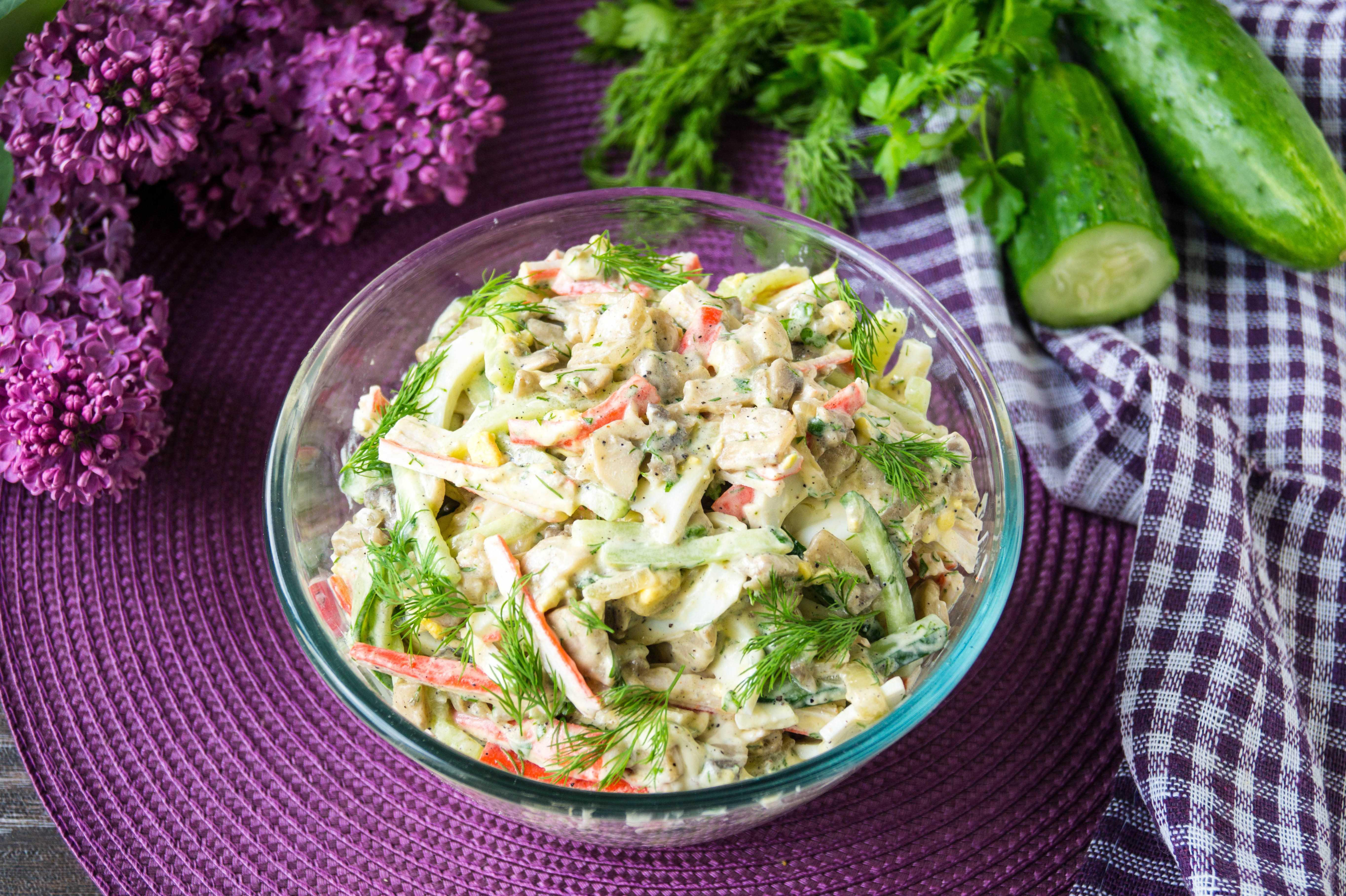 Салат с крабовыми палочками, огурцом, яйцом и сыром — 6 самых вкусных рецепта