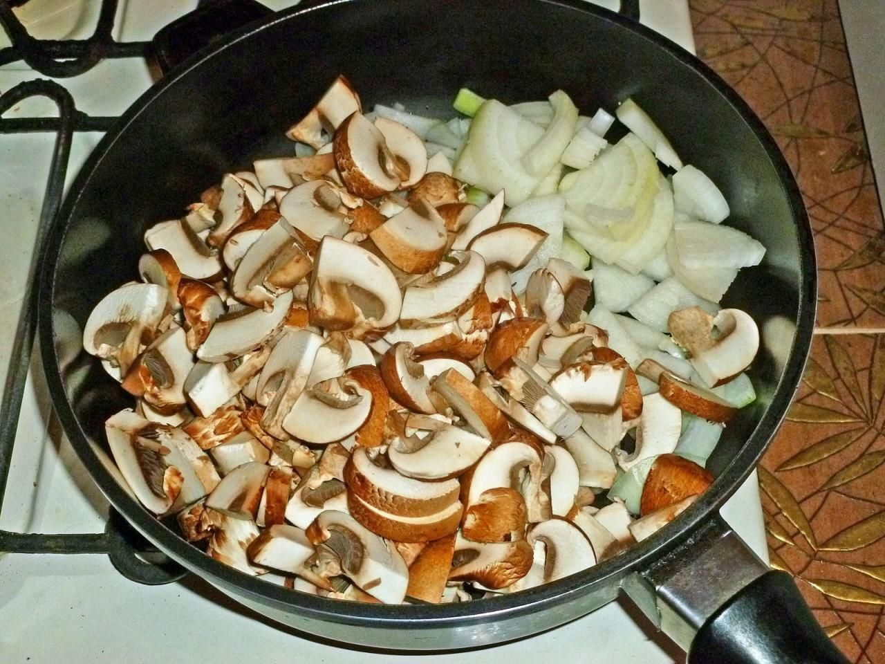 Салат с жареными шампиньонами и курицей - сытное блюдо для любого меню: рецепт с фото и видео