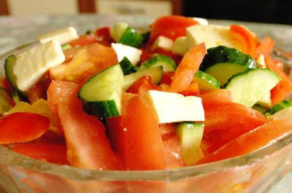Салат с брынзой и помидорами рецепт с фото пошагово - 1000.menu