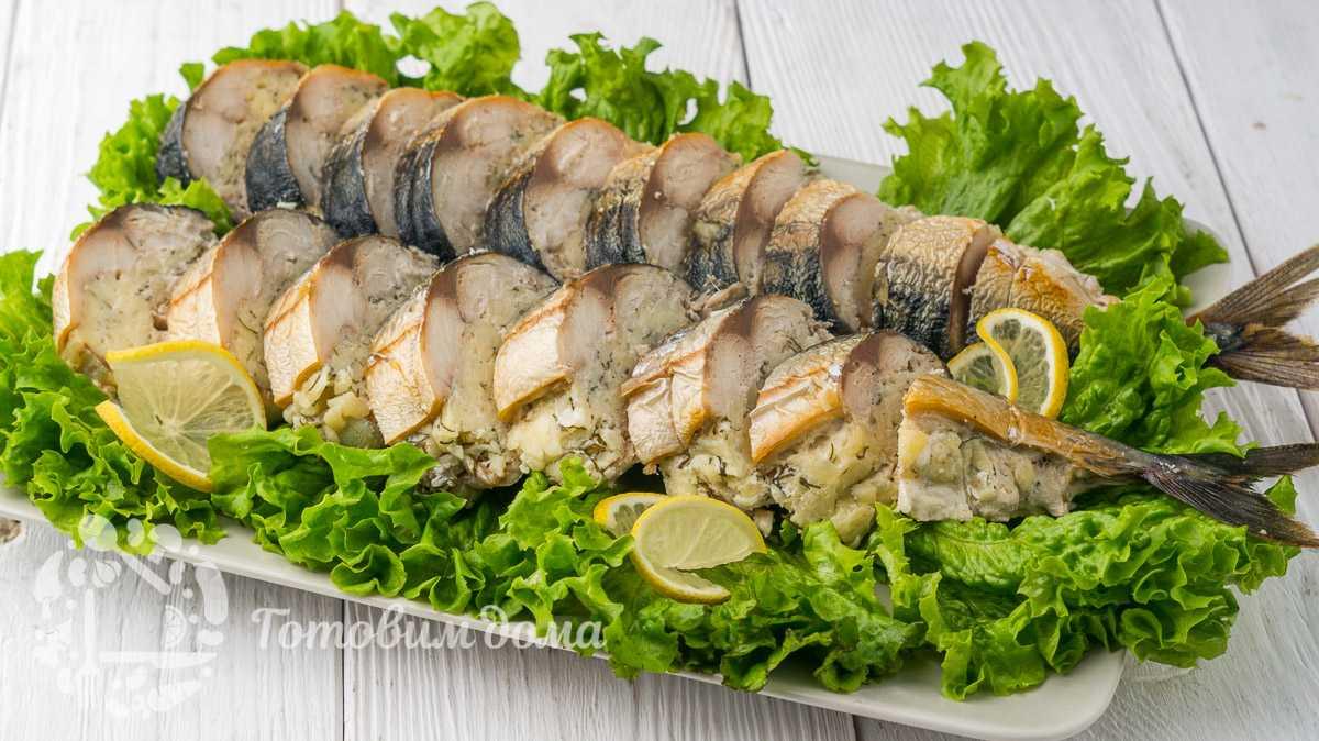Салат с копченым лососем и яйцом