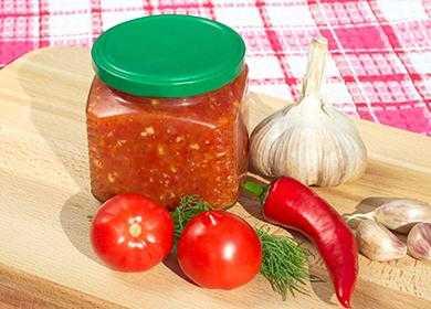 Аджика сырая с хреном на зиму: рецепт приготовления домашней сырой аджики с красными и зелеными помидорами, яблоками, чесноком, перцем