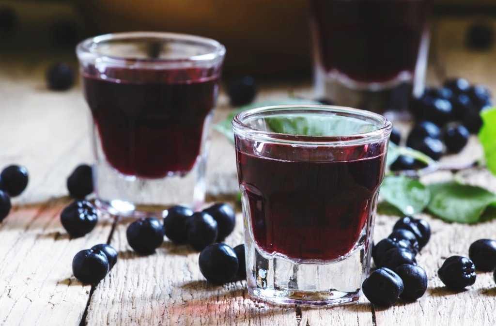 Рецепты приготовления настойки из черной смородины на спирту, водке и самогонке. Какие ингредиенты для этого необходимы, последовательность приготовления. Сроки и условия хранения.