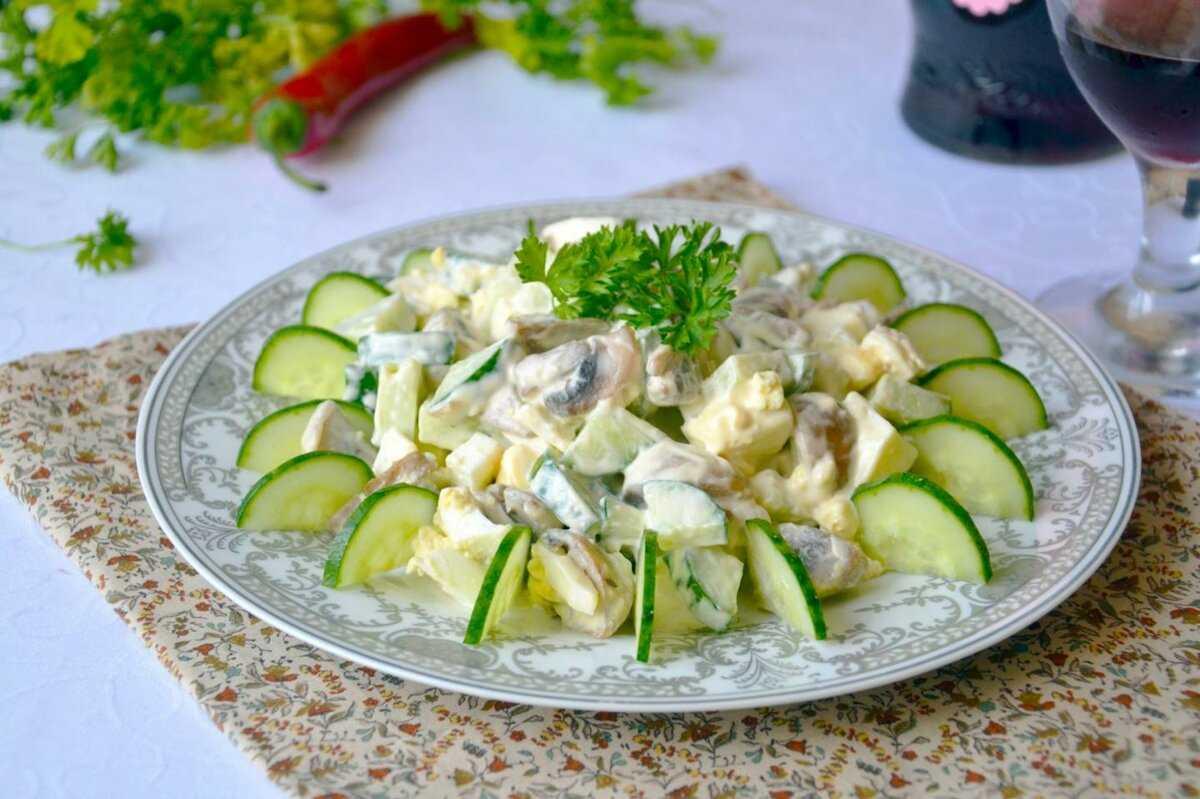 Салат с солеными огурцами, яйцами и шампиньонами рецепт с фото пошагово - 1000.menu