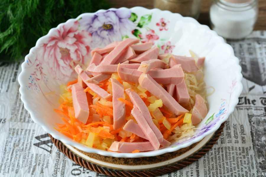 Салат столичный с колбасой