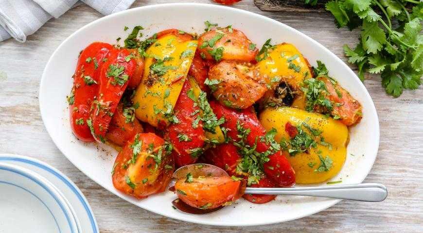 Овощной салат с жареным сыром халуми