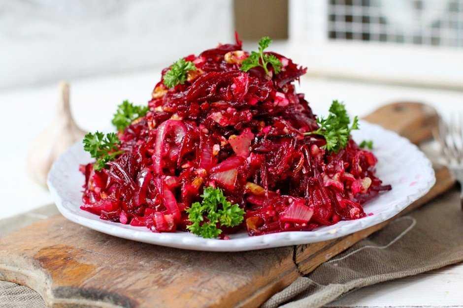 Салат из запеченной свеклы – потрясающая закуска и гарнир: рецепты с фото и видео
