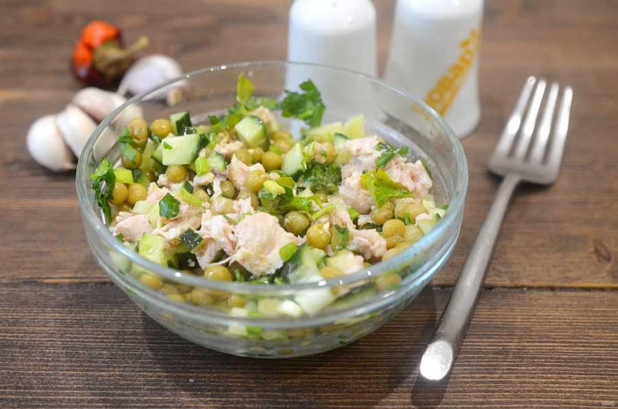 Салат с зеленым горошком консервированным - быстрые варианты на праздники и будни: рецепт с фото и видео