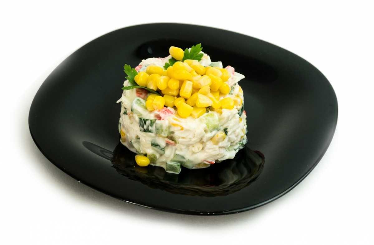 Крабовый салат с кукурузой и огурцом без риса: рецепт с 10 пошаговыми фото