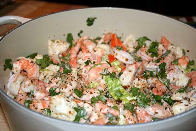 Салат с красной рыбой и креветками – 6 вкусных рецептов