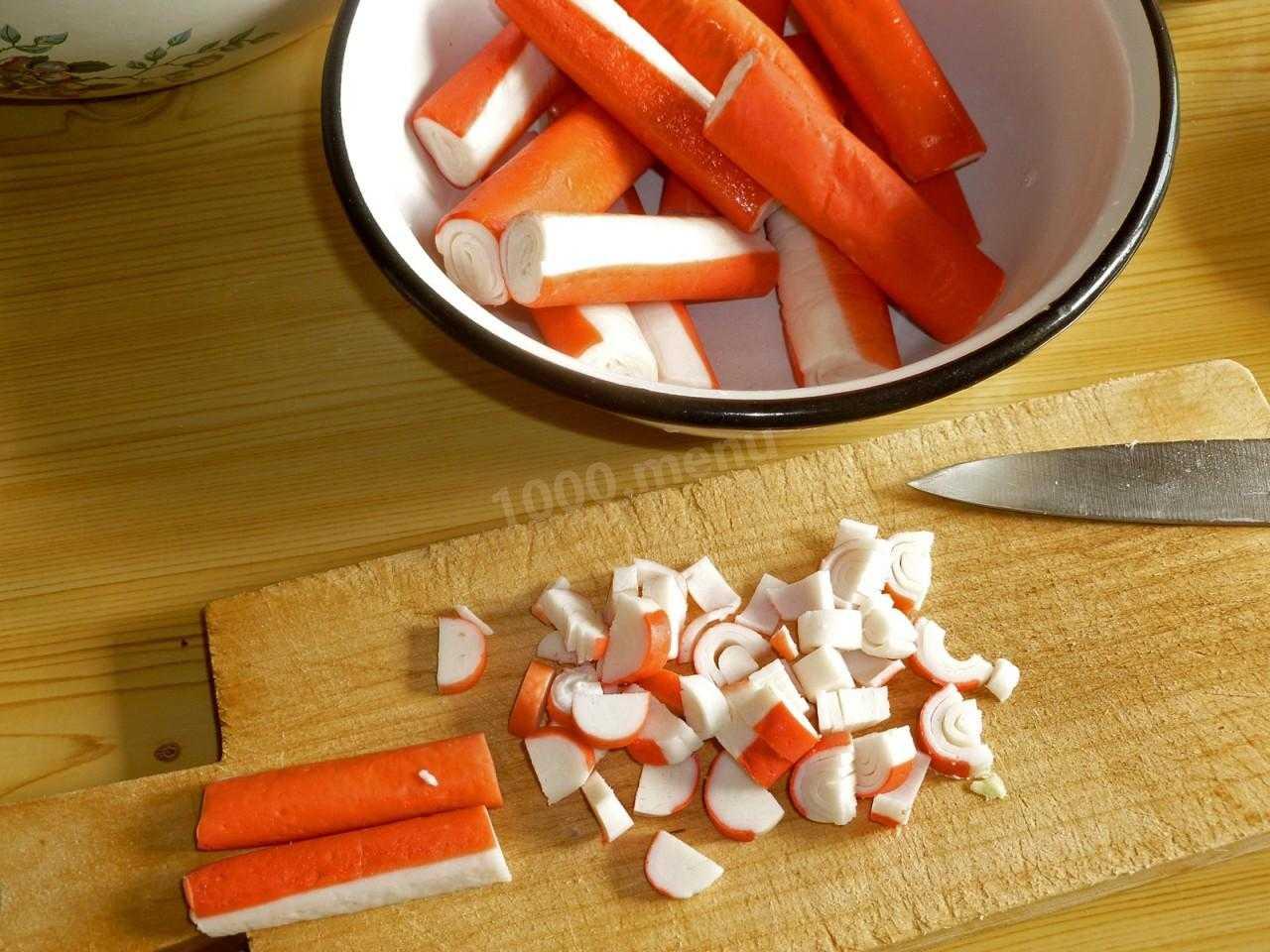 Крабовый салат с рисом, огурцом и кукурузой классический рецепт с фото пошагово - 1000.menu