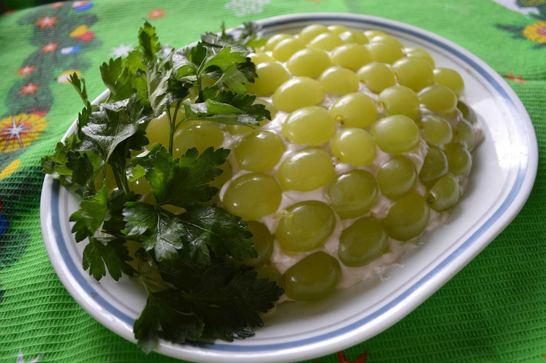 Салат с виноградом - изысканное блюдо: рецепт с фото и видео
