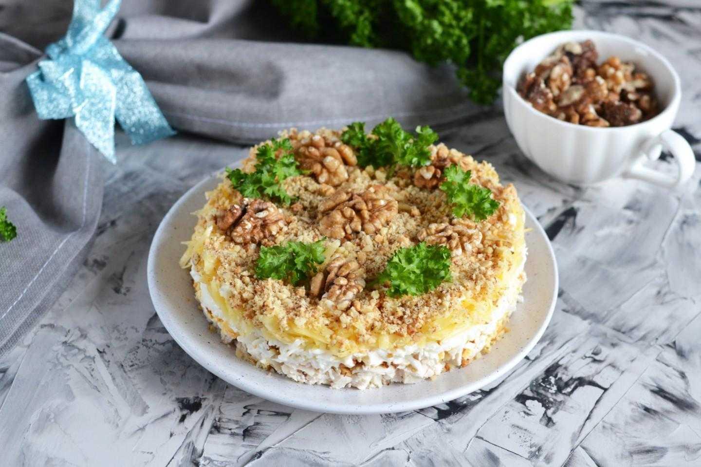 """Рецепт салата """"ананас"""" с курицей, сыром и грецкими орехами - 8 пошаговых фото в рецепте"""