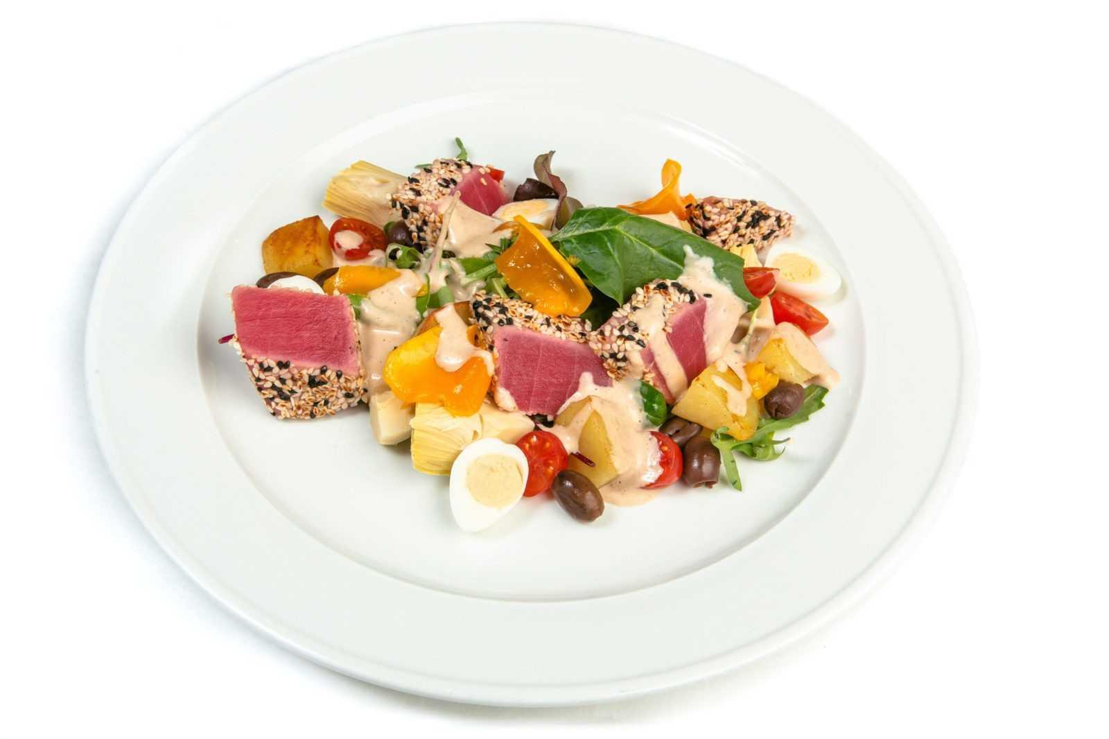 Салат с консервированным тунцом - 10 рецептов приготовления с пошаговыми фото