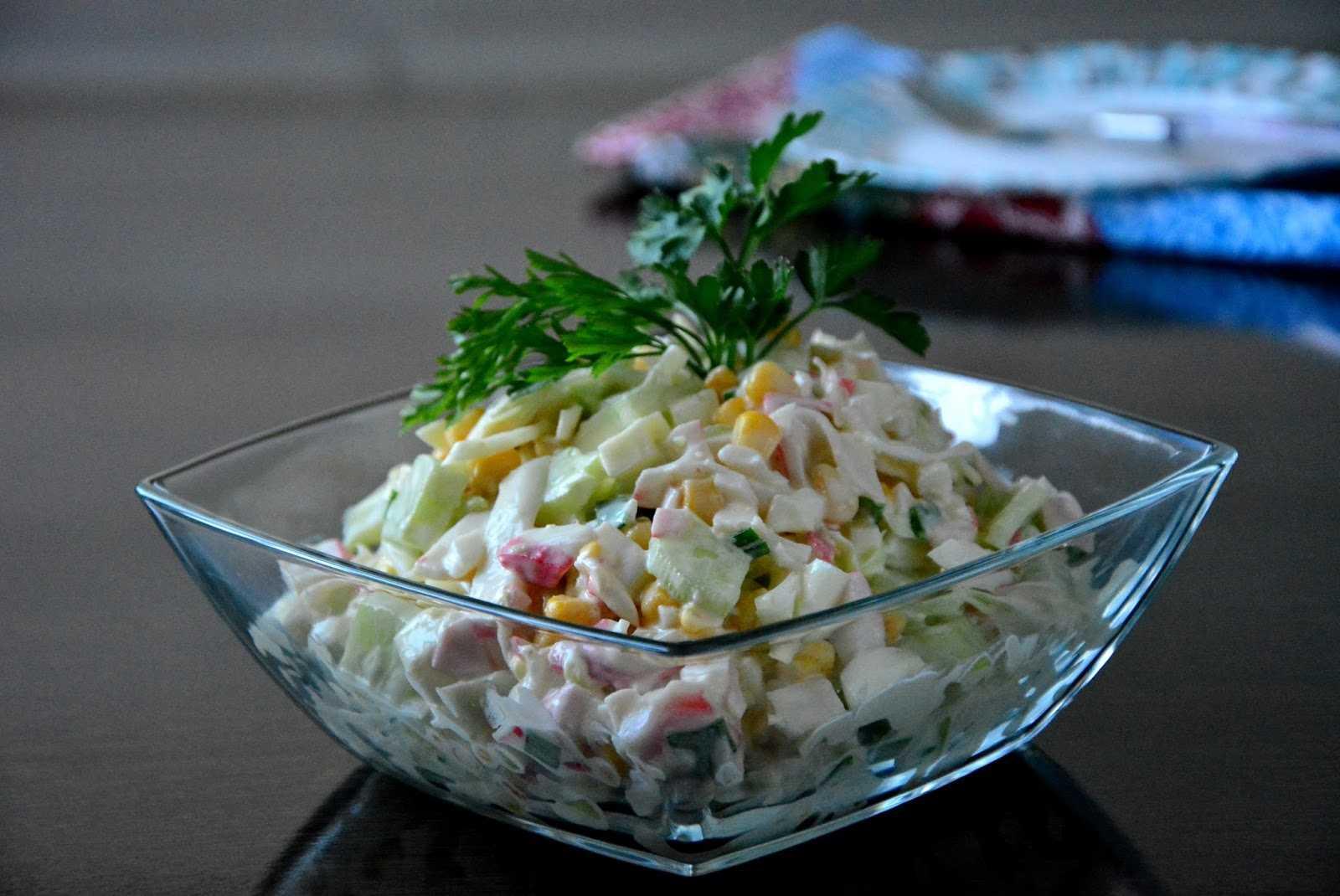 Салат с крабовыми палочками и кукурузой: 5 классических рецептов