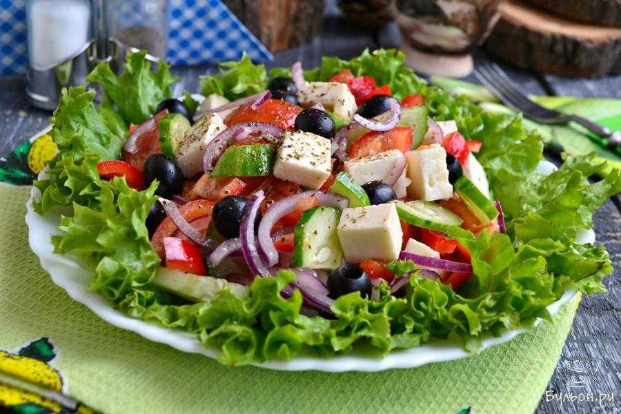 Салат из помидоров с базиликом.
