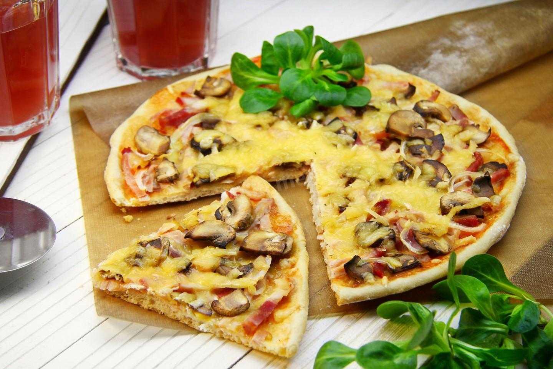 Пицца с опятами и колбасой. быстрая пицца с замороженными грибами и сосисками на сковороде. домашняя пицца с грибами и колбасой