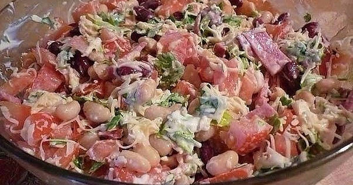 Салат с майонезом, помидорам, сухариками и копченой колбасой рецепт с фото - 1000.menu