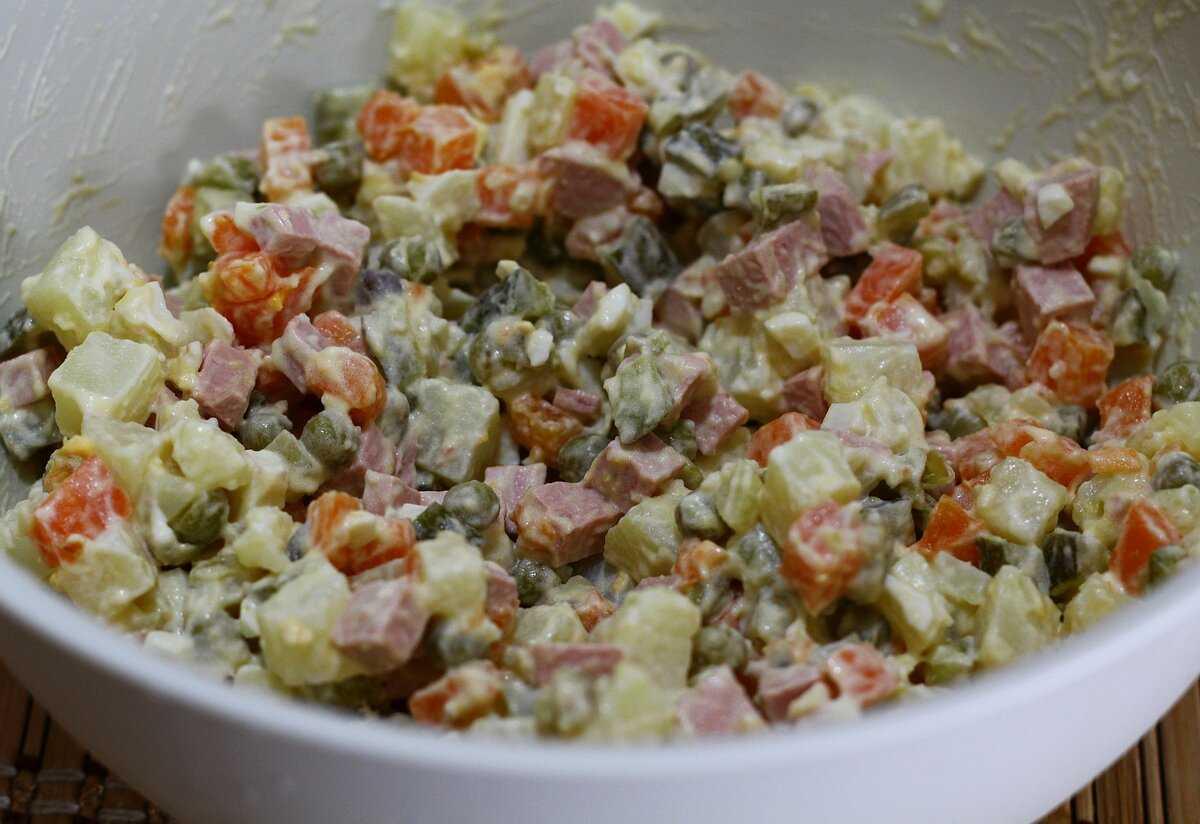 Зимний салат - рецепты блюда с колбасой, курицей, креветками, красной рыбой