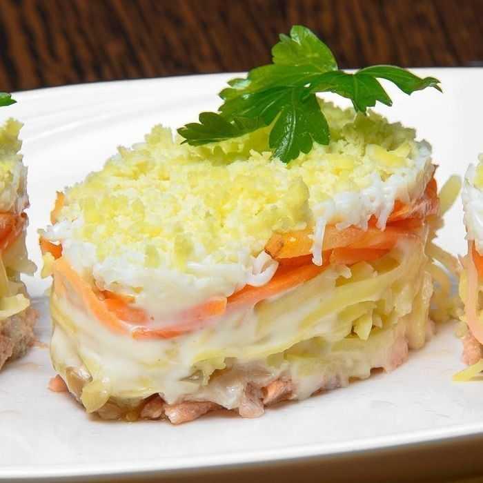 Вкусные салаты со слабосоленой форелью: слоеный и без майонеза
