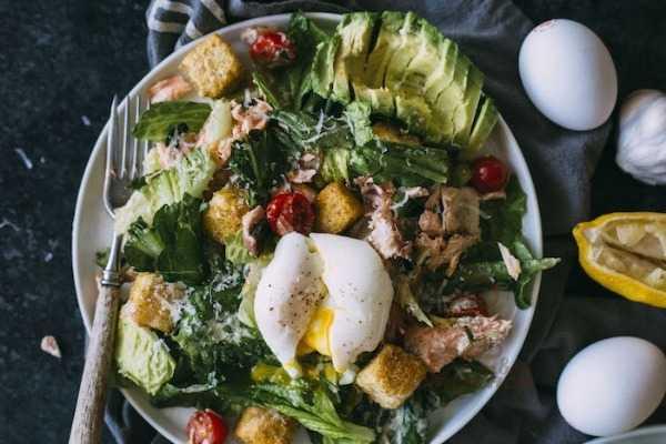 Салат цезарь с курицей и сухариками в домашних условиях