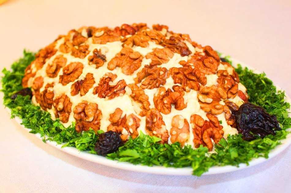 """Салат """"черепаха"""" с курицей и грецкими орехами"""