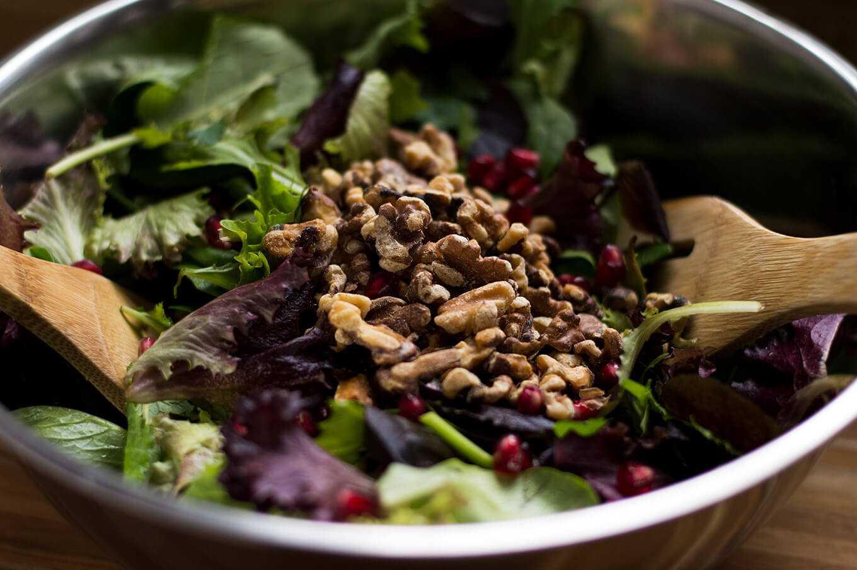 Салат с гранатом и грецким орехом: 6 вкусных и сытных рецепта