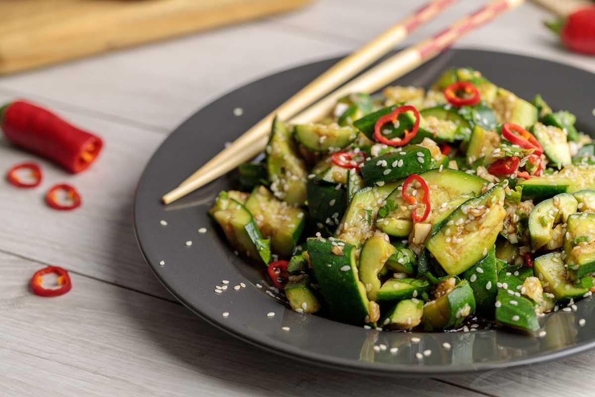 Рецепт битых огурцов по-китайски: секреты подбора ингредиентов и правила подачи готового блюда. Приготовление с добавлением кунжута, лимонной кислоты, помидоров, орехов и мяса.