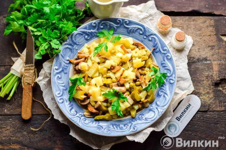 Салат с рыжиками: рецепты с солеными, свежими и жареными грибами