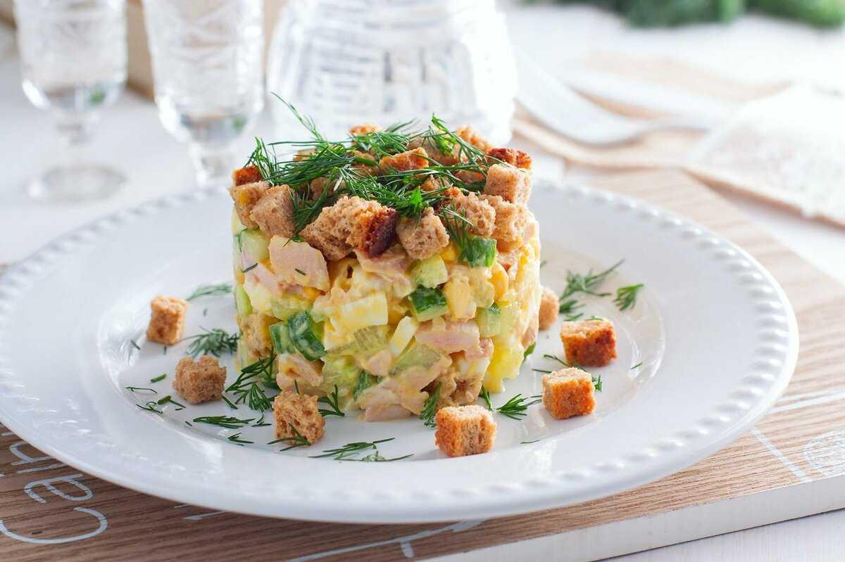 Слоеный салат с копченой курицей - яркость красок на вашем столе: рецепт с фото и видео