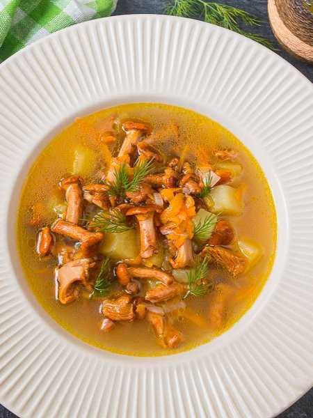 Суп из лисичек – легкий и нежный вариант: рецепт с фото и видео