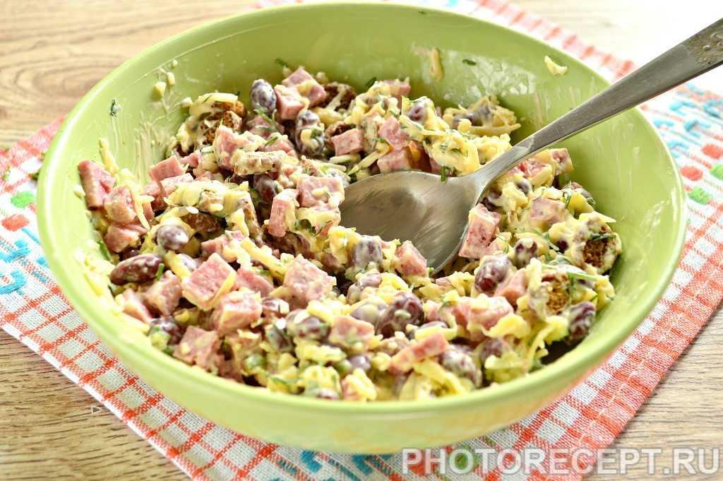 Простой и вкусный салат с фасолью, колбасой и сухариками «кириешки»