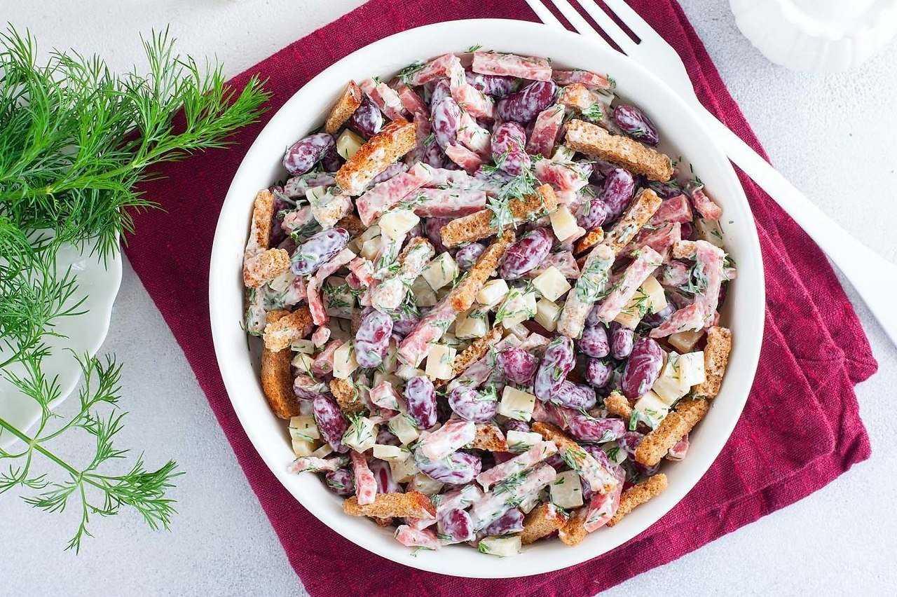 Салат с фасолью сухариками и колбасой рецепт с фото пошагово - 1000.menu