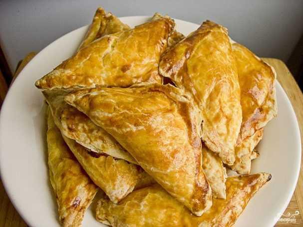 Пирожки из слоеного дрожжевого теста с мясом в духовке рецепт с фото пошагово - 1000.menu