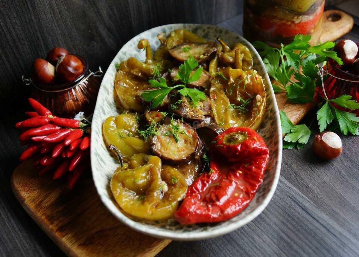 Салат с хрустящими баклажанами и помидорами по грузински