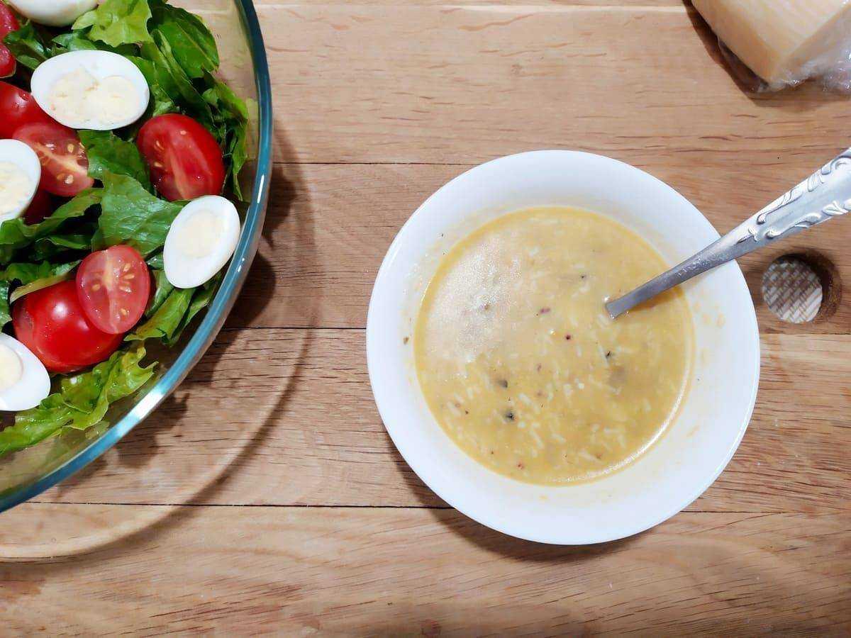 Заправка для салата с оливковым маслом, горчицей и уксусом