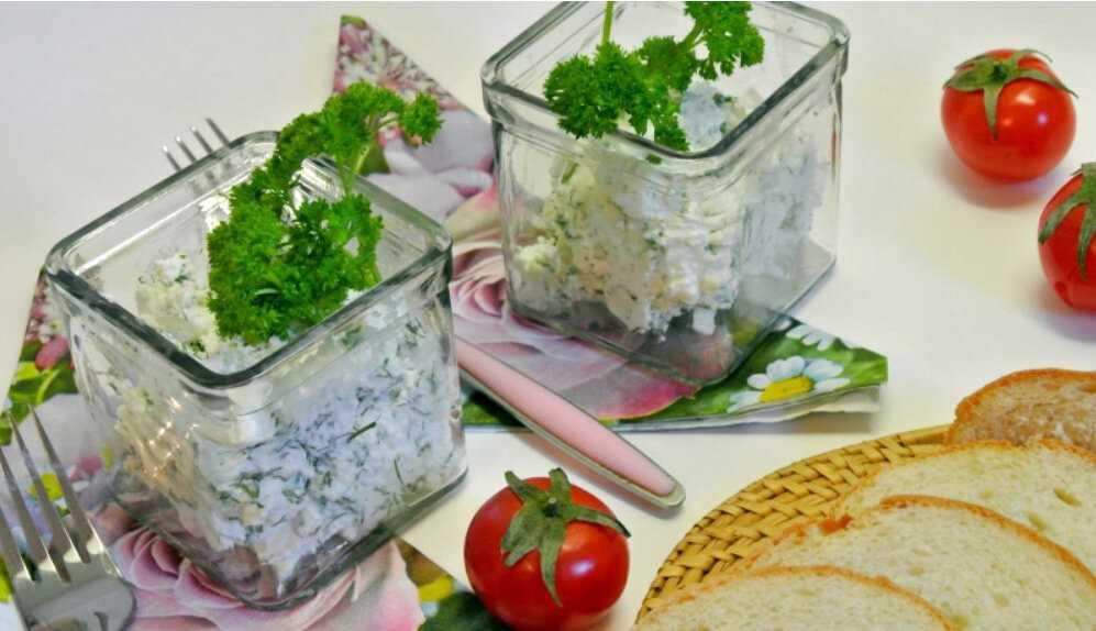 Салат творог с зеленью чесноком и помидорами