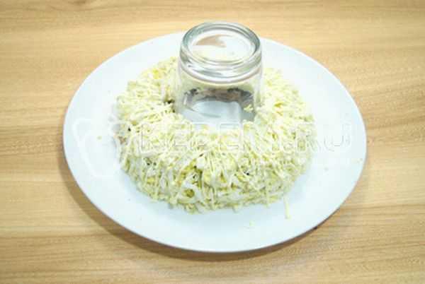 Салат дамский каприз: ингредиенты и пошаговый классический рецепт слоями по порядку. как вкусно приготовить салат дамский каприз с курицей, языком, ветчиной, крабовыми палочками и ананасом, черносливом, киви, гранатом, жаренными грибами: рецепты