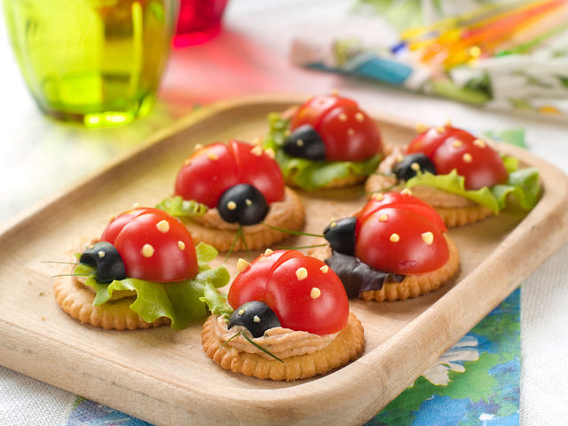 Канапе на праздничный стол для детей - фантазии кулинара: рецепт с фото и видео
