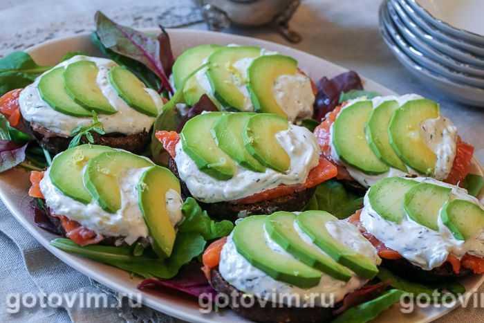 Брускетта с семгой: 5 рецептов с авокадо, огурцом, яйцом пашот