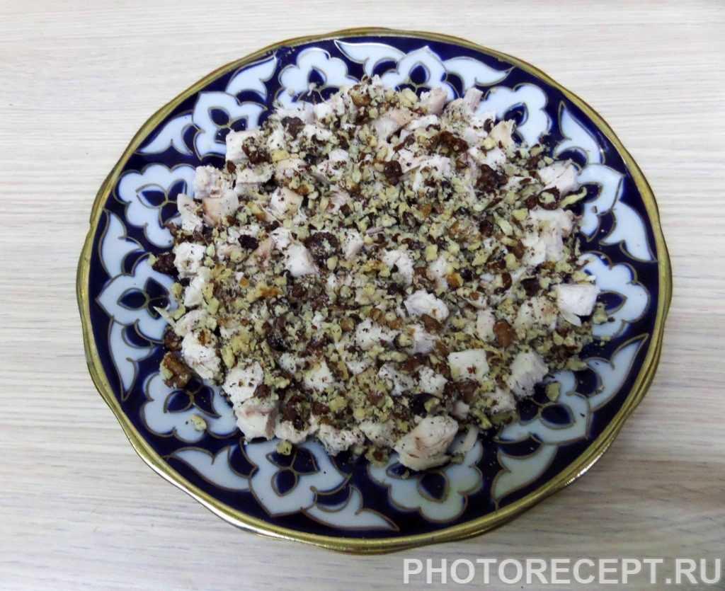 Салат с курицей кедровыми орешками и виноградом рецепт с фото - 1000.menu