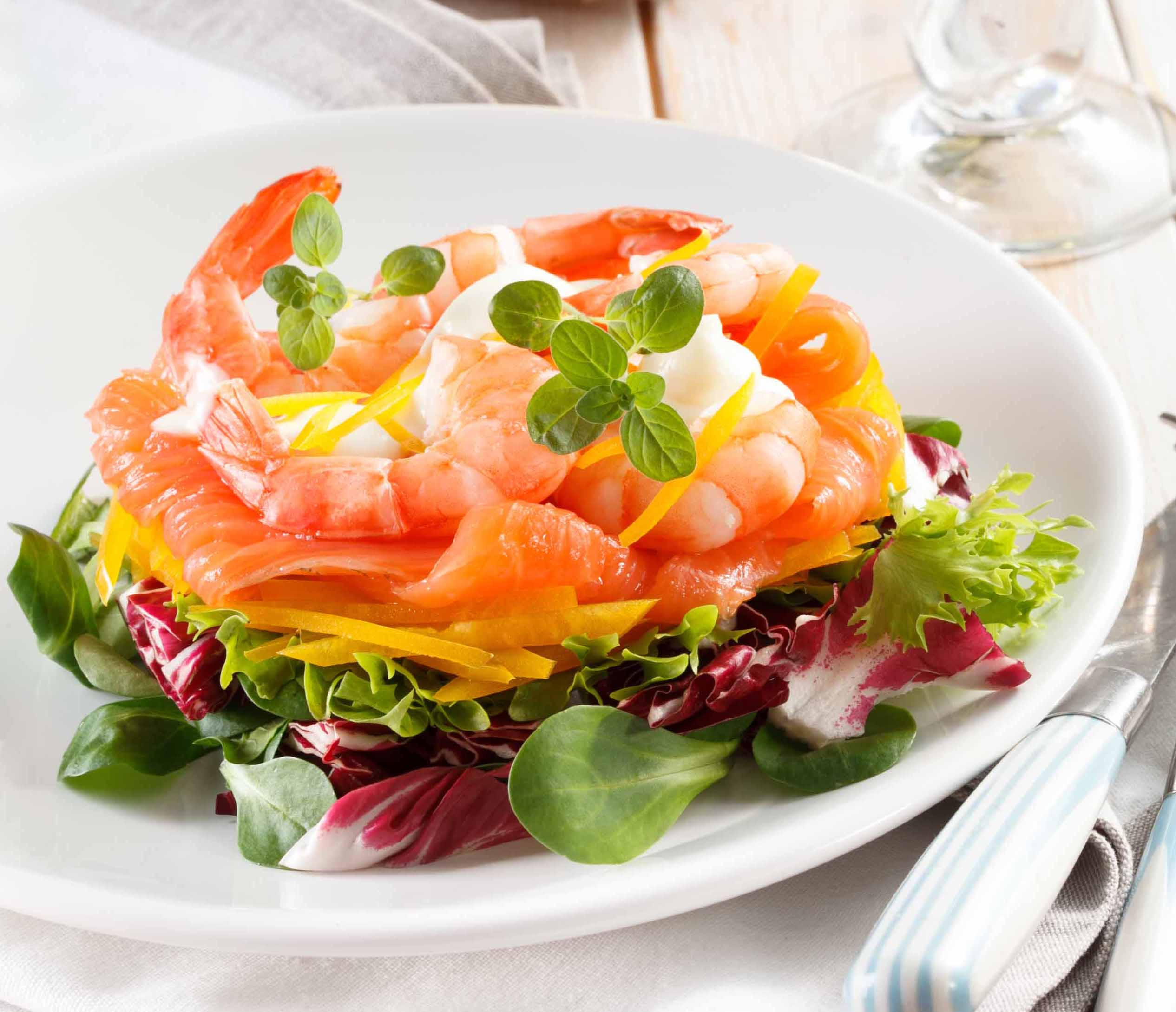 Салаты с красной рыбой и креветками - 15 простых и вкусных рецептов