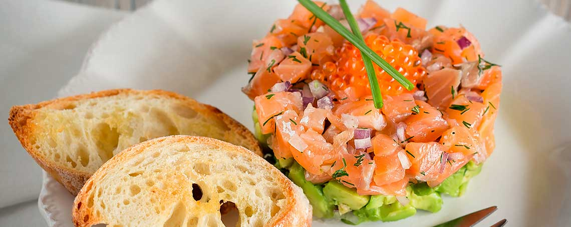 Что такое тартар из лосося? как правильно готовить тартар из лосося с огурцом, каперсами, авокадо и лимоном?