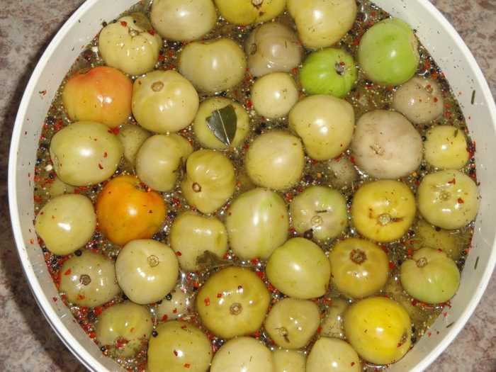 Консервируем зеленые помидоры на зиму: 9 вкусных и проверенных рецептов