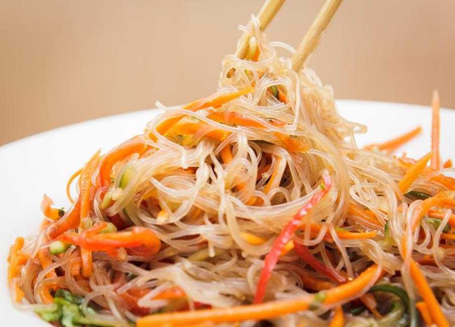 Салат из китайской лапши: рецепт быстрого приготовления с фото