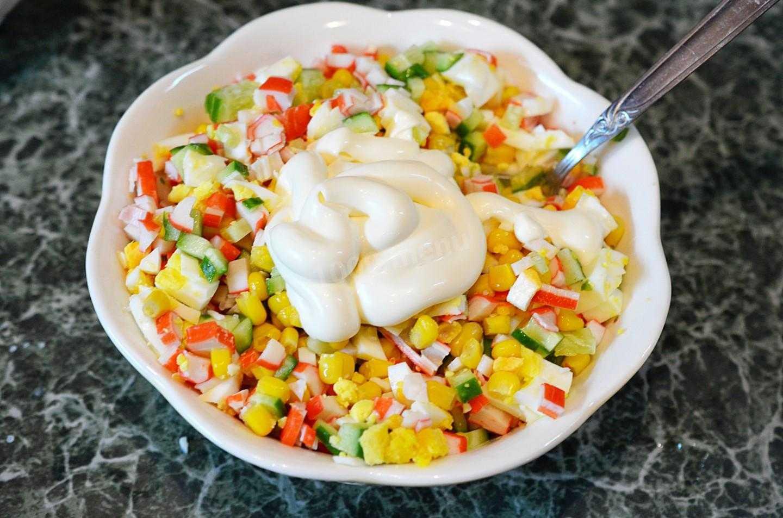 Салат крабовые палочки с рисом и кукурузой