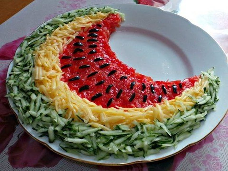 Праздничный салат «арбузная долька»: ингредиенты и пошаговый классический рецепт с курицей и грибами. как вкусно приготовить салат «арбузная долька» с виноградом, гранатом, ветчиной, мясом, помидорами