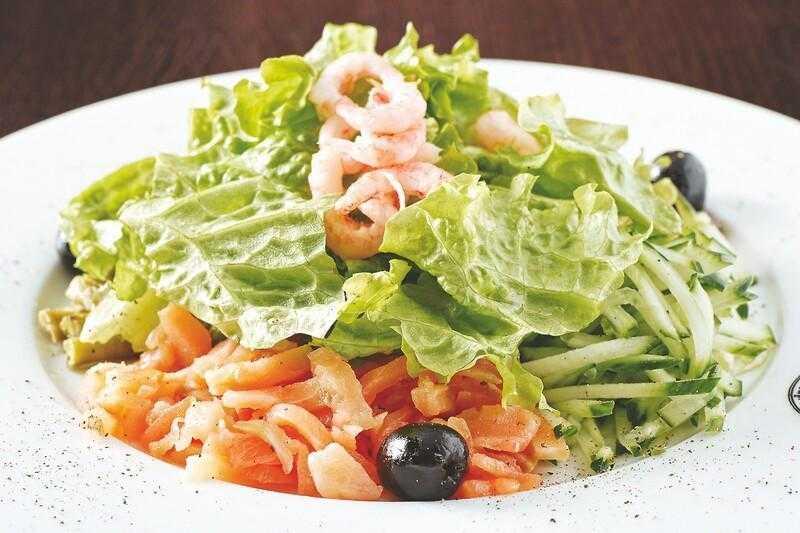 15 лучших рецептов салатов с креветками и кальмарами